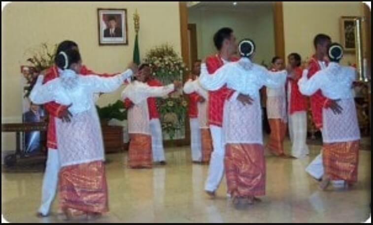 Baju Adat Kebaya Dansa