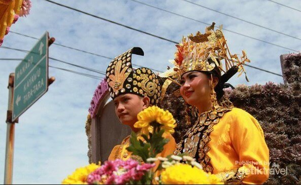 pakaian adat Mukuta dan Biliu