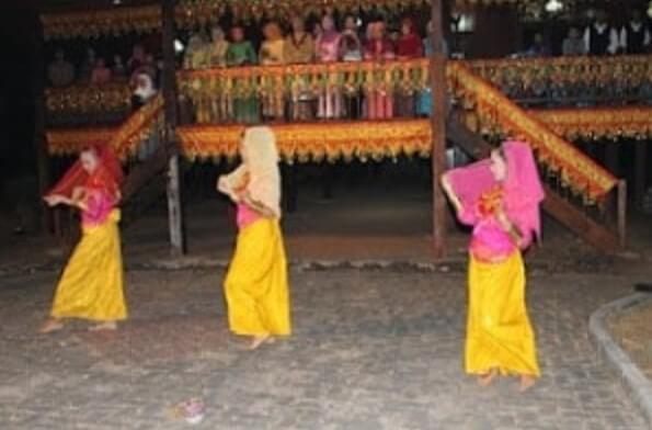 Pakaian Adat Sulawesi Tengah Wanita Suku Saluan
