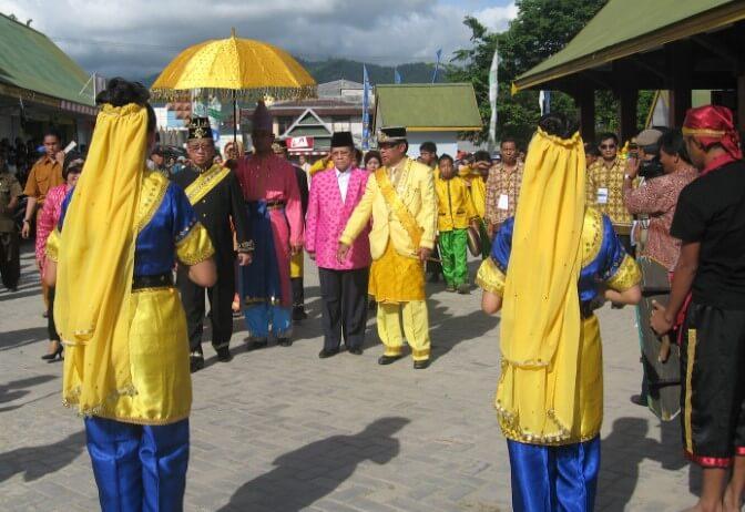 Pakaian Adat Sulawesi Tengah Wanita Suku Toli Toli